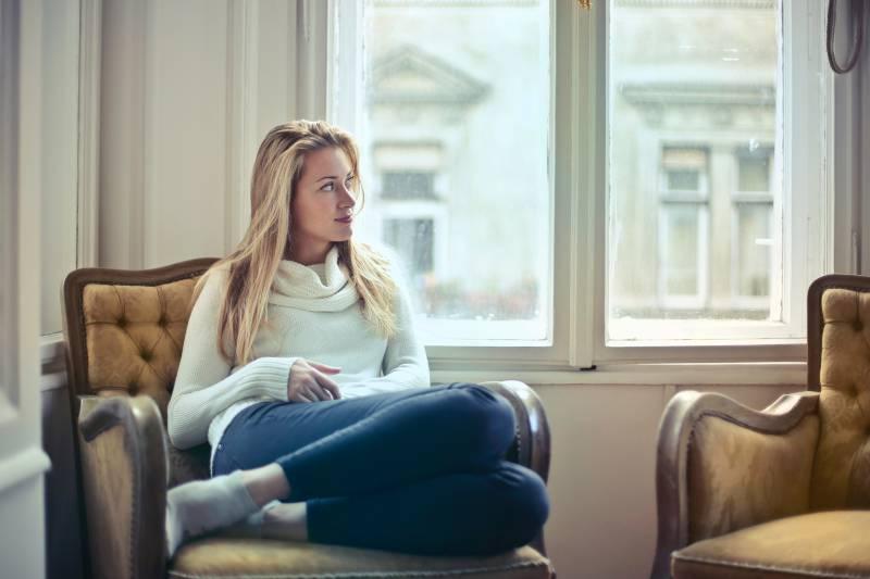 Frau-sitzt-im-Haus-und-denkt-nach