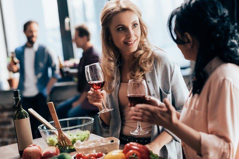 Freundinnen-die-Wein-trinken