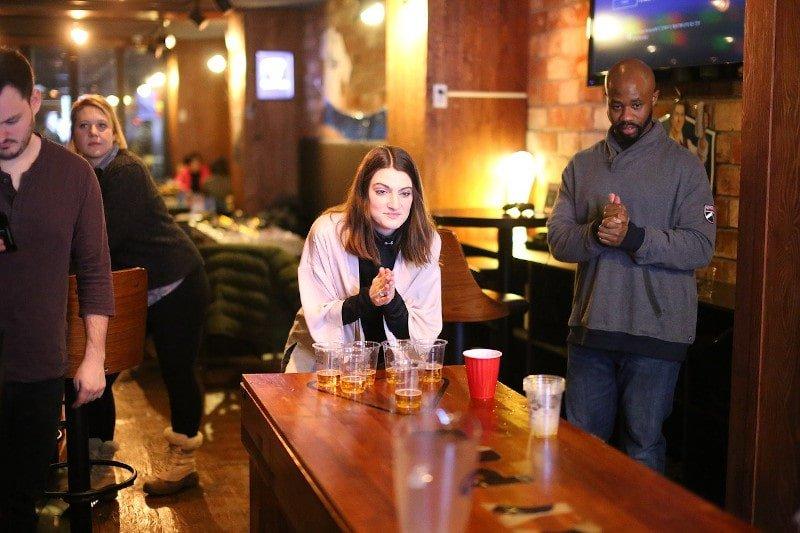 Mann-und-Frau-spielen-Bier-Pong
