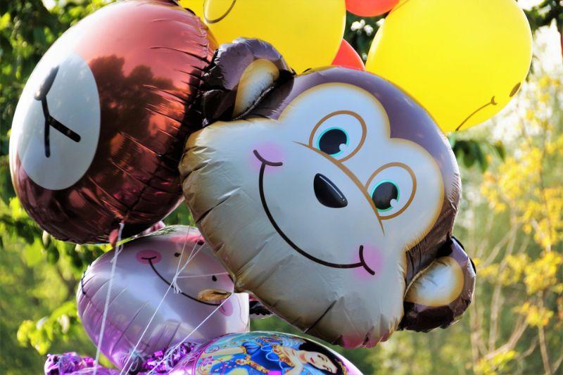 ein paar Tierballons mit einem Affenballon im Fokus