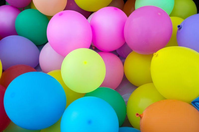 Dutzend Luftballons auf einem Stapel