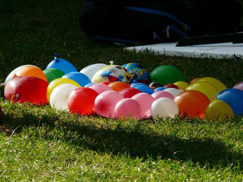 Dutzend Wasserballons auf Gras