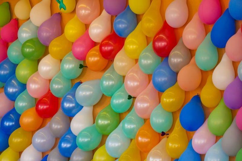 Luftballons-Wand-Pfeilen