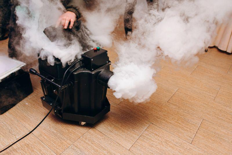 Mann, der eine Nebelmaschine im Haus aufstellt