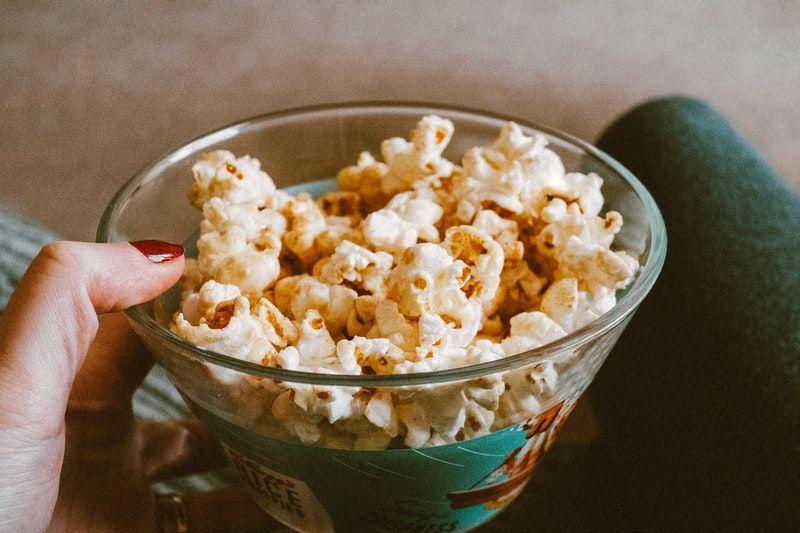Popcorn in einem klaren Glas