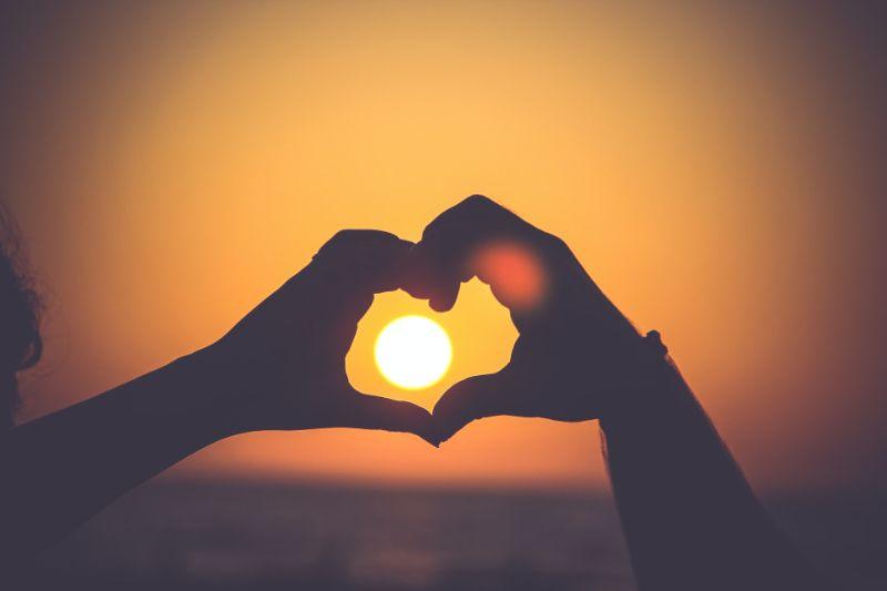 Sonne in einem Herz Handzeichen