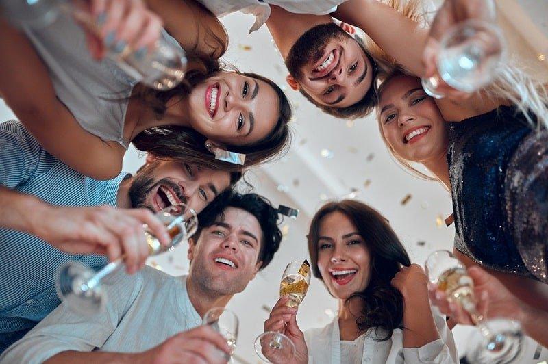 Tanzen im Raum mit Champagner und Konfetti
