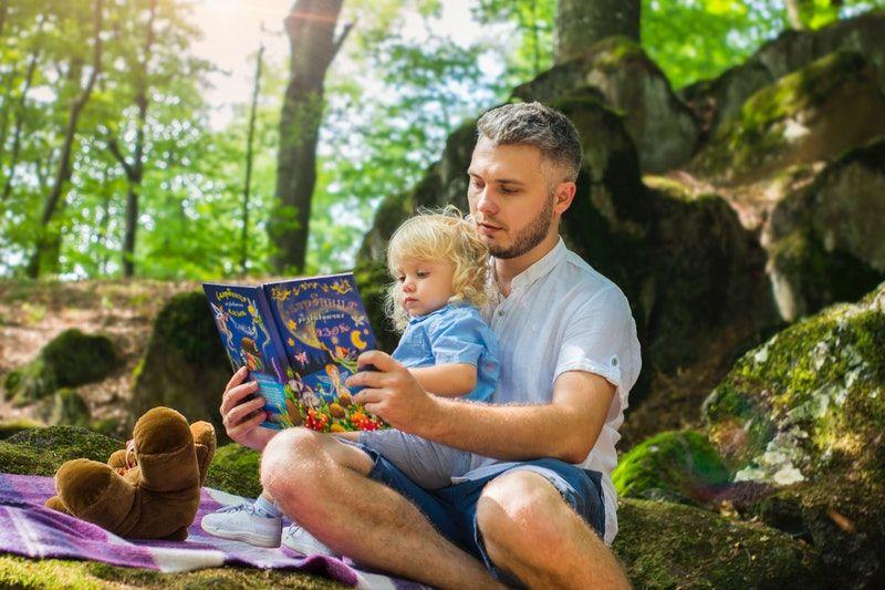 Vater und Tochter lesen tagsüber ein Buch