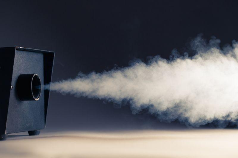 aktive Mini-Nebelmaschine auf dem Tisch