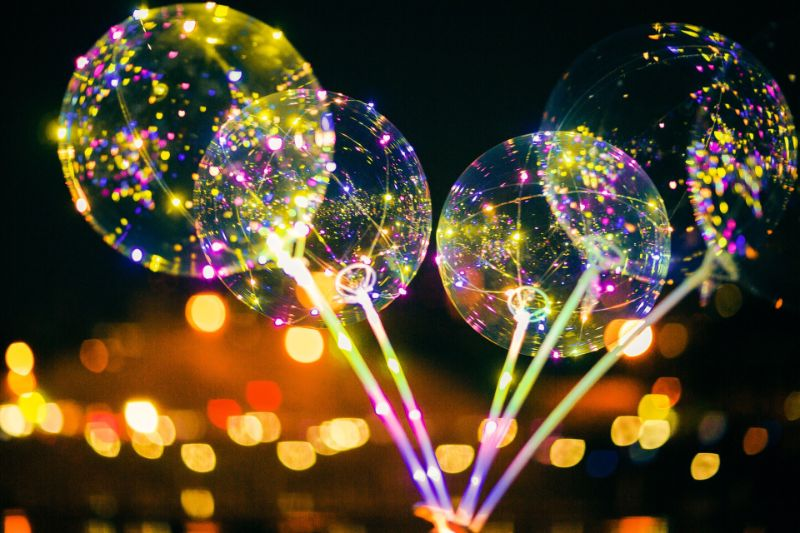 vier LED Luftballons in der Nacht