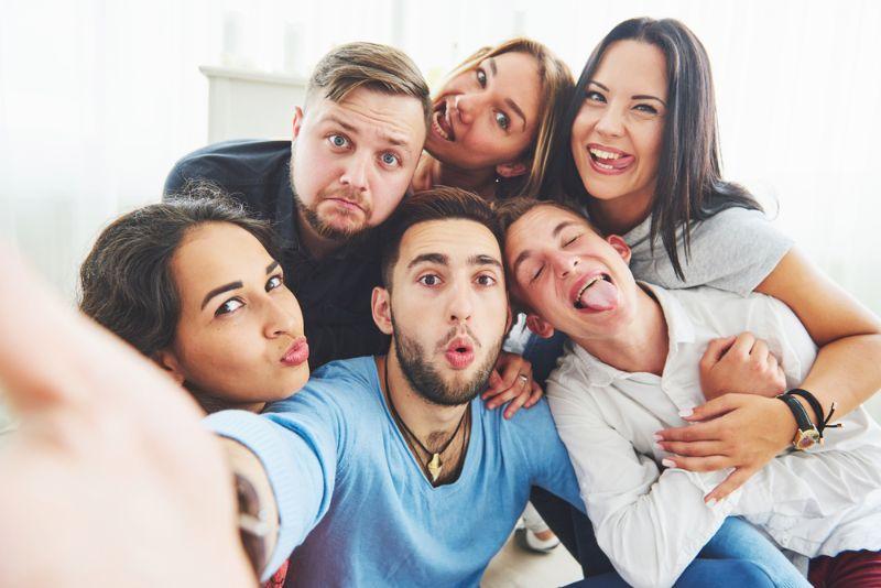 Gruppe von Freunden, die ein Selfie machen