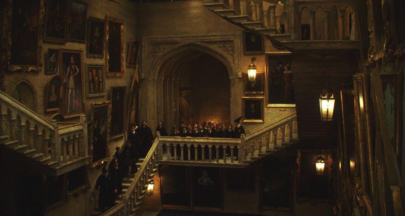 Hogwarts Schloss drinnen mit vielen Kindern