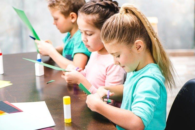 Kinder machen Sachen mit Papier