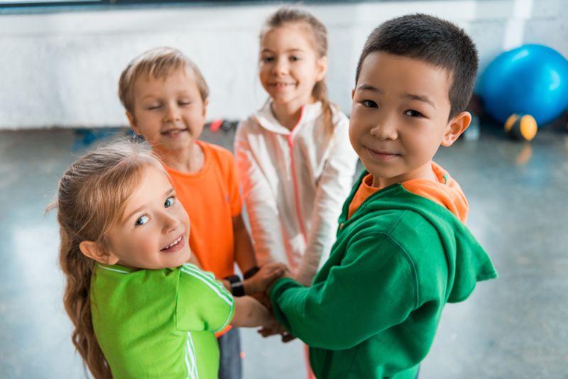 Kindern spielen während sie in einem Kreis stehen und nach oben schauen