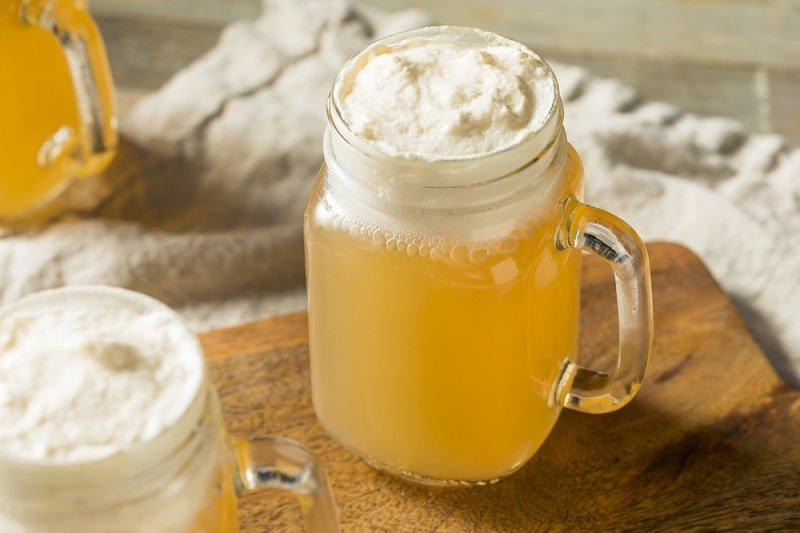 Süßes hausgemachtes Butterbier in einer Tasse