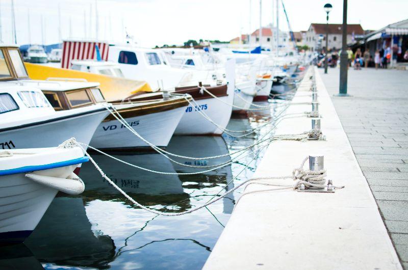 Bucht mit einem blauen Boot und anderen Booten