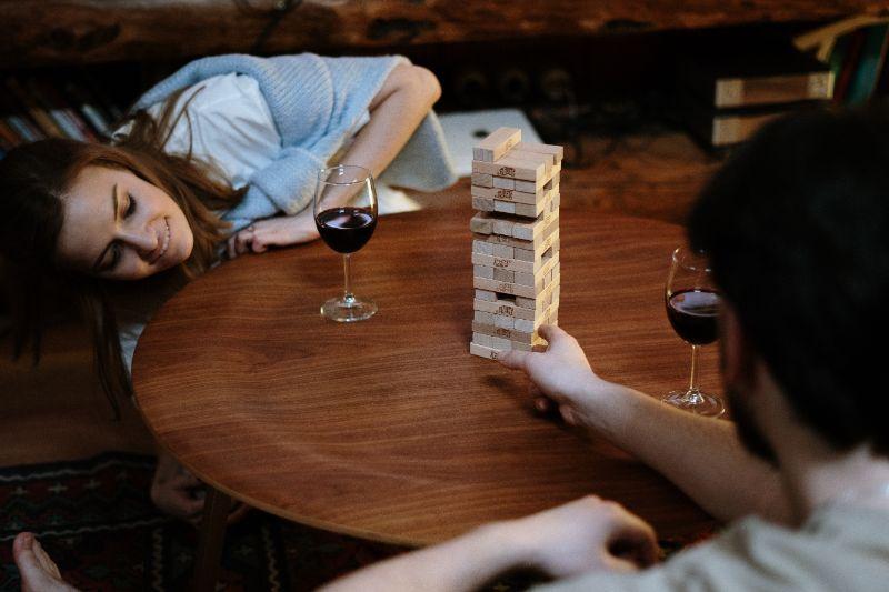 Leute-die-Jenga-auf-einem-Holztisch-spielen