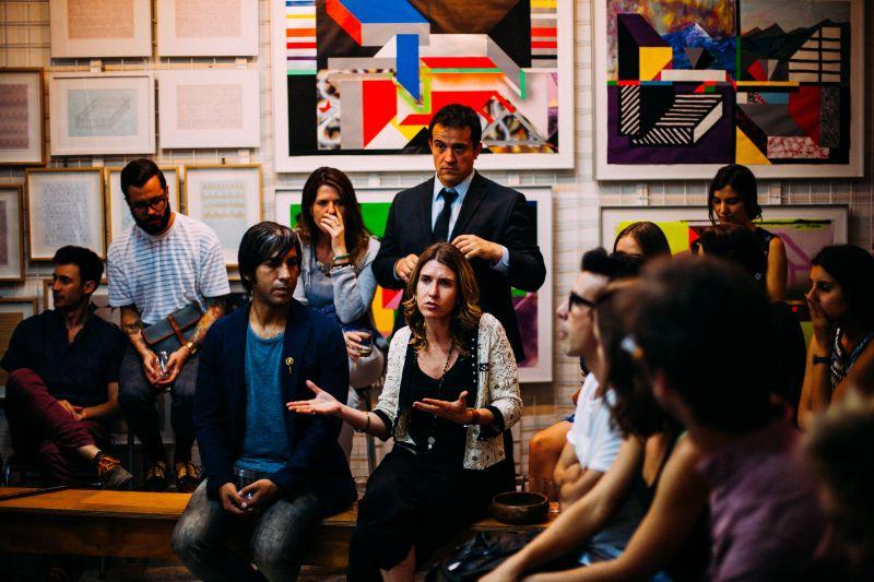 Eine Gruppe Von Menschen Die Einer Frau Zuhoren Die Eine Schwarz Weiss Kombination Trägt