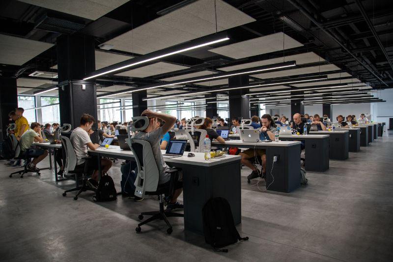 Eine Halle Voller Leute Mit Deskjobs