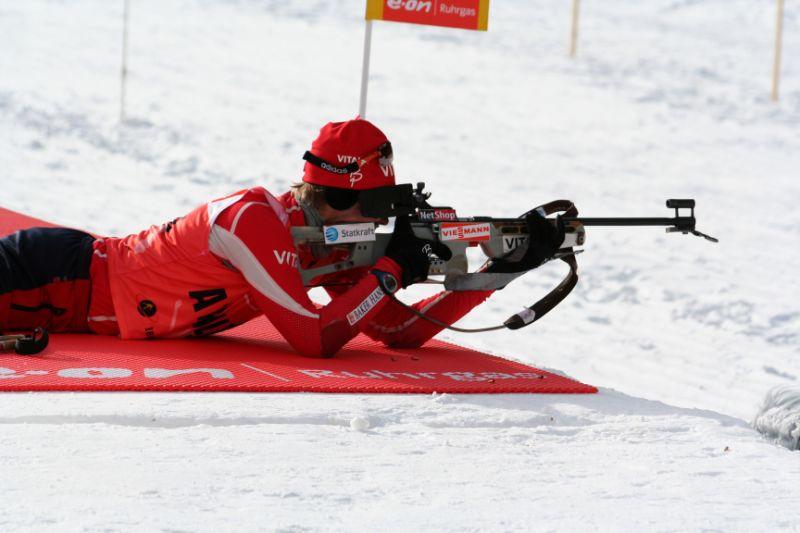 Mann Ganz In Rot Gekleidet Bei Einem Biathlon