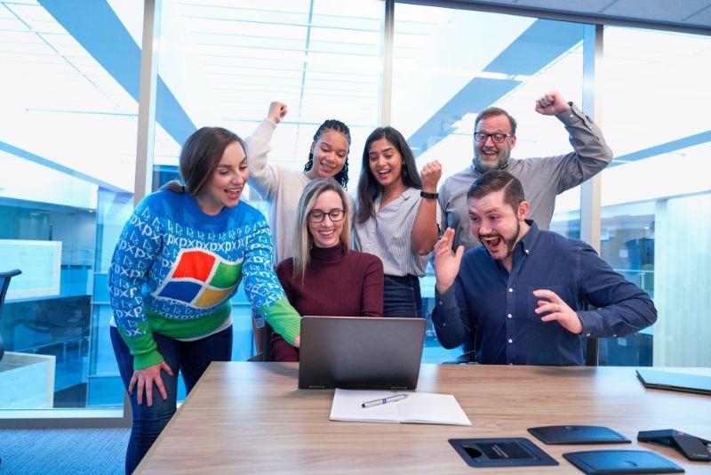 Sechs Leute Versammeln Sich Um Einen Laptop Und Haben Spass