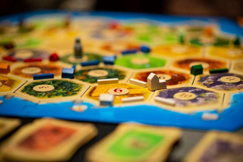 Das-Brettspiel-Siedler-von-Catan-laufendes-Mehrspieler-Spiel.-Abwicklung-im-Fokus