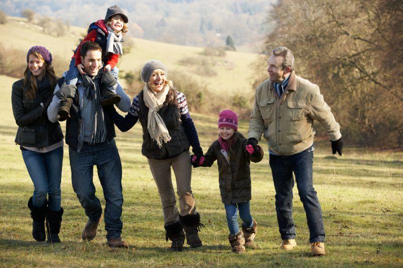 Drei-Generationen-Familie-auf-dem-Landweg
