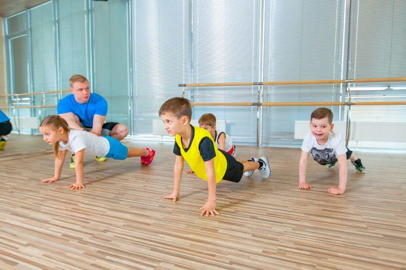 Kinder-im-Sportunterricht-in-der-Turnhalle