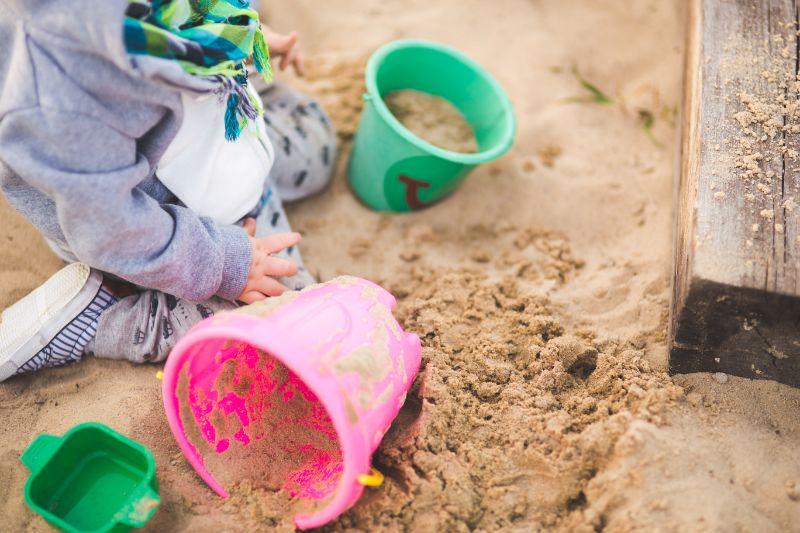 kleiner-Junge-spielt-im-Sand