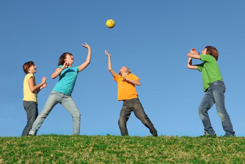 Aktive-Kinder-spielen-Ball-im-Sommercamp