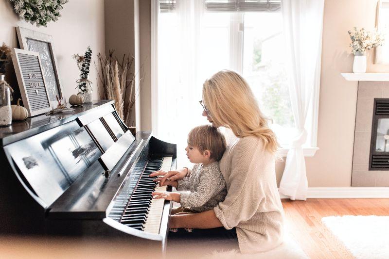 Mutter-und-Kind-spielen-Klavier-und-erzahlen-eine-Klanggeschichte