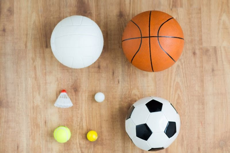 verschiedene-Sportballe-und-Federball