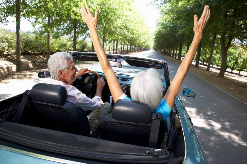 Alteres-Paar-im-Sportwagen