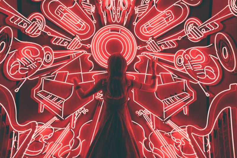 Frau-die-vor-LED-Musikinstrumenten-steht