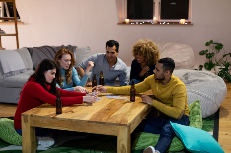 Freunde-die-zu-Hause-trinken-und-das-Trinkspiel-spielen