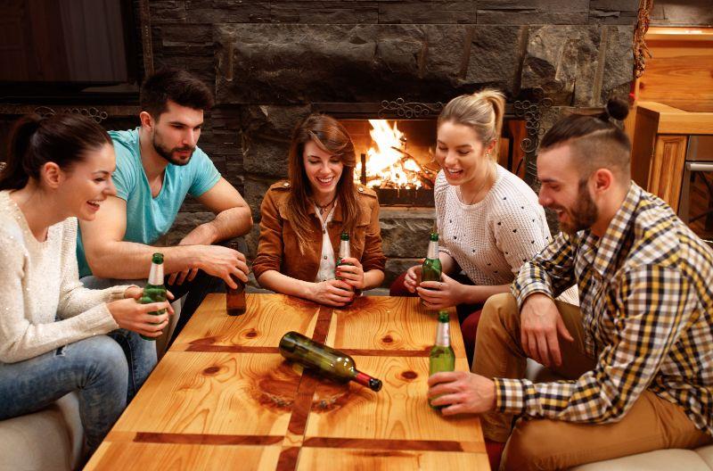 Freunde-spielen-das-Flasche-drehen