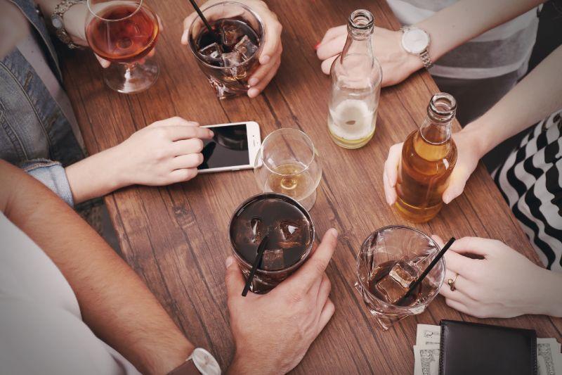 Freunde-spielen-das-Trinkspiel-Picolo