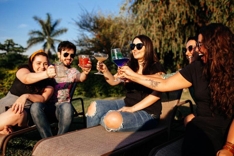 Freunde-trinken-Cocktails-in-der-Sonne