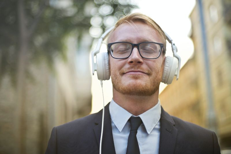 Geschaftsmann-der-Musik-hort