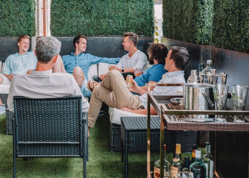 Gruppe-von-Freunden-in-einer-Ecke-sitzen-und-haben-Spas