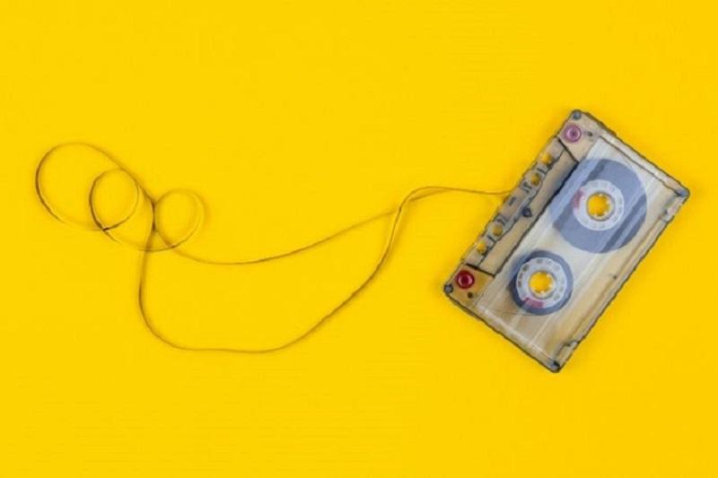 Kassettenband-auf-gelbem-Hintergrund