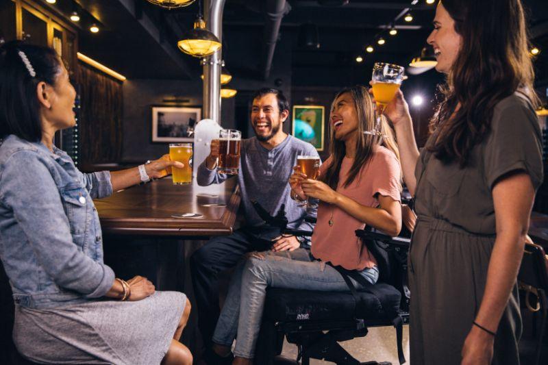 Leute-die-in-einer-Bar-trinken-und-Trinkspiele-spielen