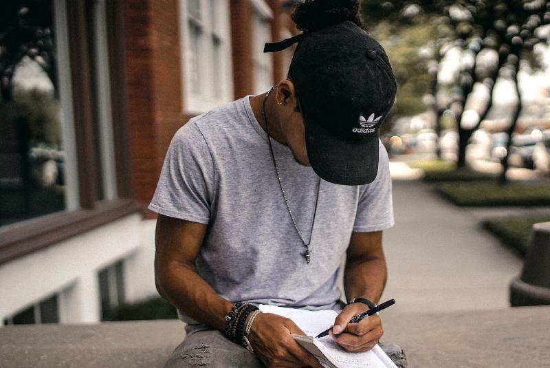 Mann-der-auf-ein-Papierbuch-schreibt