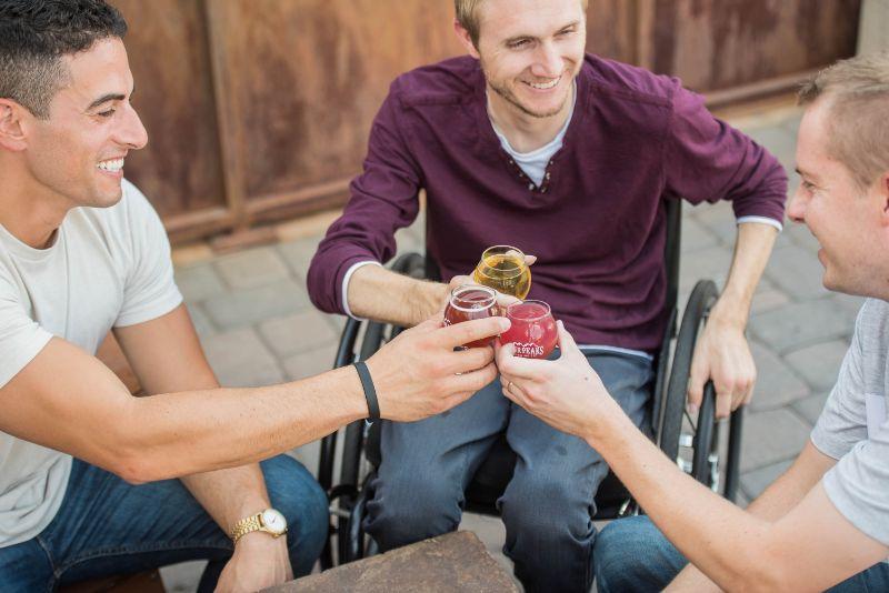 Manner-spielen-ein-Freez-Spiel-beim-Trinken-von-Alkohol