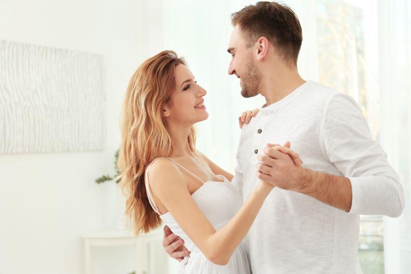 Nettes-junges-Paar-das-zu-Hause-tanzt