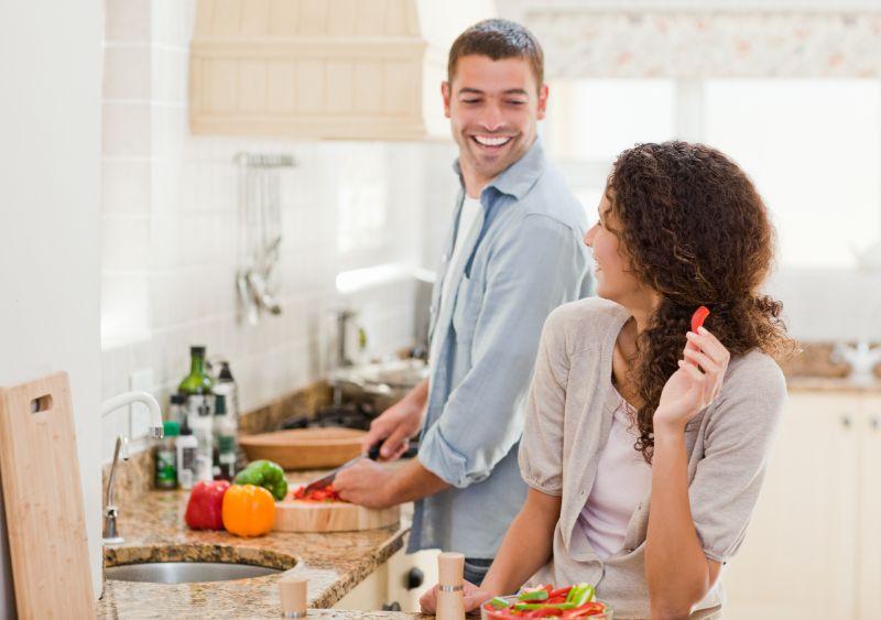 Schone-Frau-die-ihren-Mann-betrachtet-der-kocht