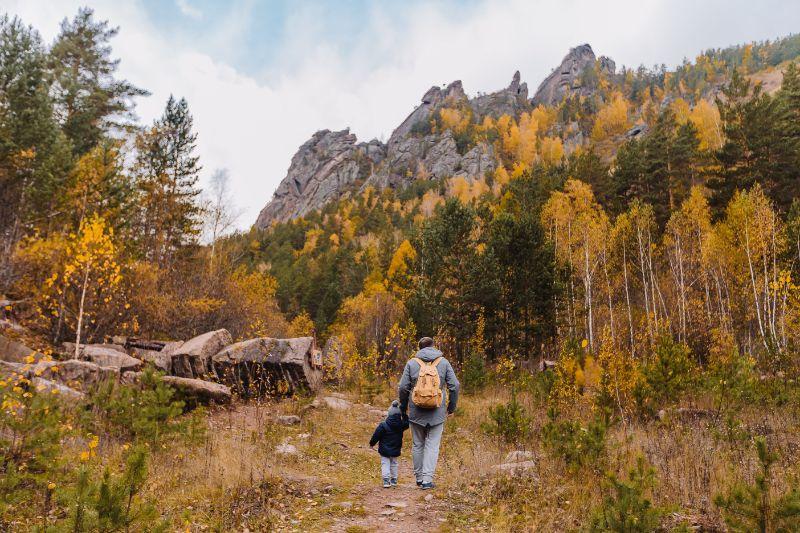 Vater-und-Sohn-gehen-in-den-Wald