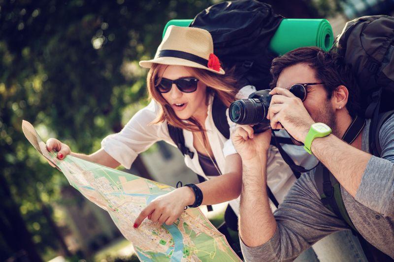 Zwei-junge-Touristen-mit-Rucksacken-Sightseeing-City