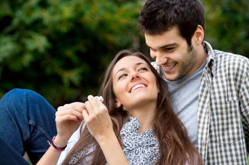 ein-attraktives-junges-Paar-im-Freien-verliebt