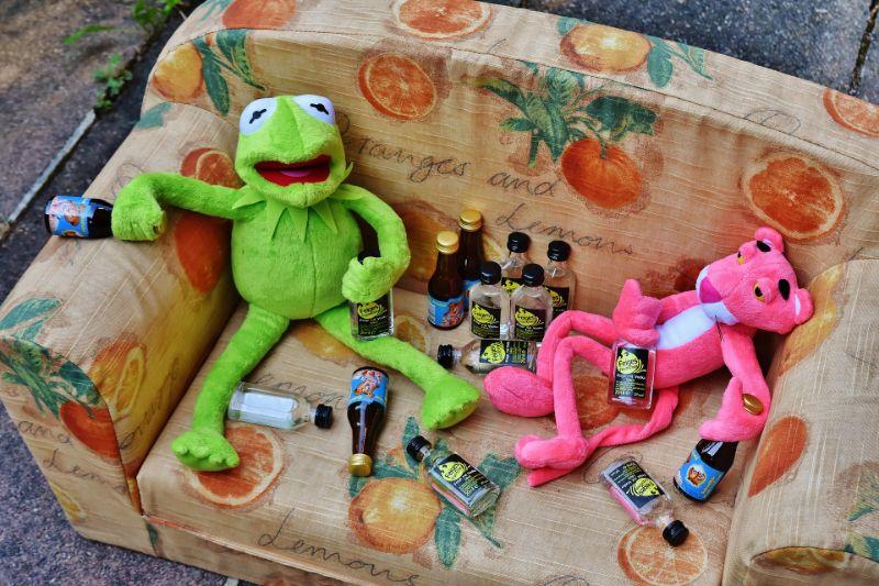 gruner-Frosch-und-rosa-Panther-legen-verwusteten-vom-Alkohol
